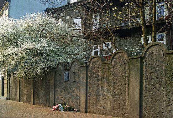 Zachowany fragment muru krakowskiego getta | Preserved fragment of the getto's wall in Kraków